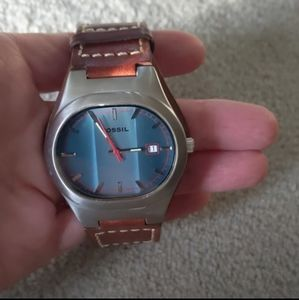 Men's Fossil watch, leather band, tracks the date!